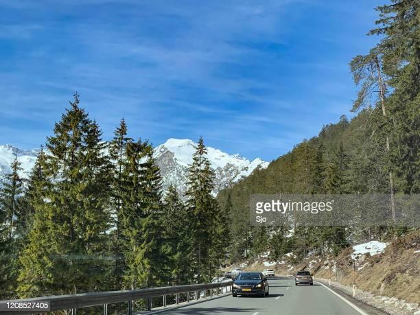 """verkeer op de fernpass in de tiroler alpen tijdens een mooie winterdag - """"sjoerd van der wal"""" or """"sjo"""" stockfoto's en -beelden"""