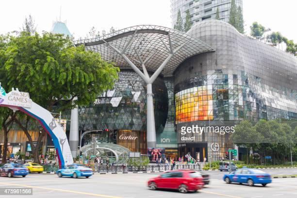 tráfico de la calle de compras en orchard road singapore - orchard road fotografías e imágenes de stock