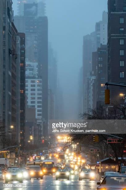 traffic on third avenue in new york on a rainy day - アッパーイーストサイドマンハッタン ストックフォトと画像