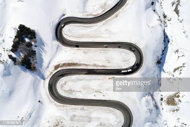 trafik på winding alpine road, utsikt från luften - drönare transportmedel bildbanksfoton och bilder