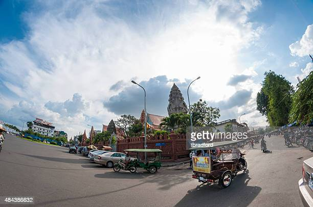traffic outside wat ounalom at sunset in phnom penh, cambodia - association of southeast asian nations stock pictures, royalty-free photos & images