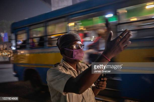 Traffic police is working in one of Kolkata's most polluted areas, the Garden Reach Dock area, where the AQI measures up to 850. According to the...