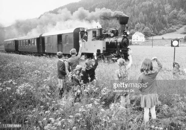 Traffic, Railway Traffic, Passenger Train, Verkehr, Bahnverkehr, Personenzug, Human Relations, Population, Child, Boy, Zusammenleben, Bevölkerung,...
