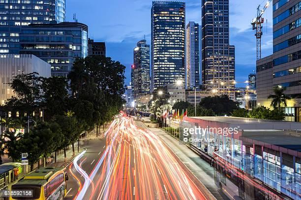 traffic rushing in jakarta business district at night - didier marti stock-fotos und bilder