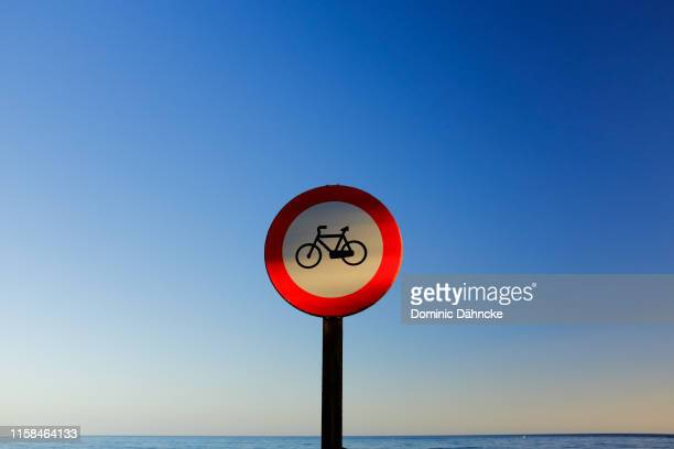 "traffic signal of ""phohibited bicycles"" with blue sky on background - dähncke fotografías e imágenes de stock"