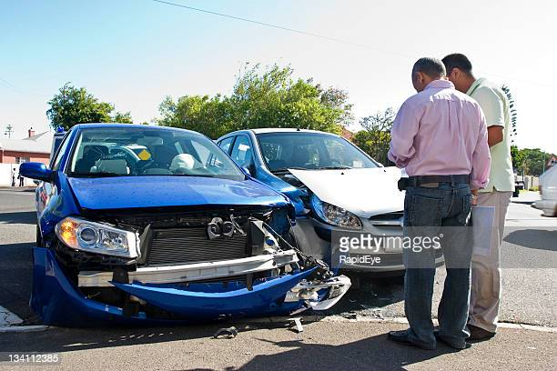 de tráfego smash - acidente de carro - fotografias e filmes do acervo