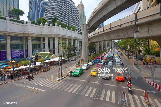 traffic waiting at ratchadamri road intersection under the skytrain rail tracks. - ラチャダムリ通り ストックフォトと画像
