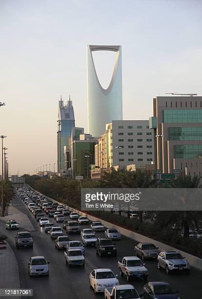traffic with kingdom tower in the background, riyadh, saudi arabia - リヤド ストックフォトと画像