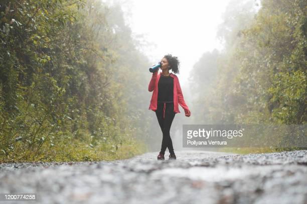fuga nas montanhas - casaco - fotografias e filmes do acervo