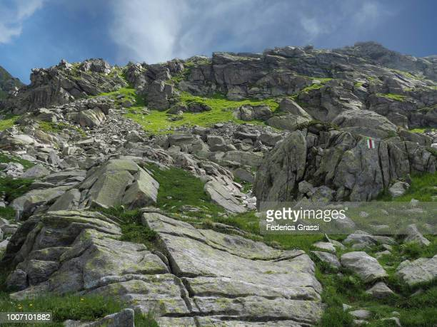 trail marker painted on granite rock in rovana valley near bosco gurin - トレイル表示 ストックフォトと画像