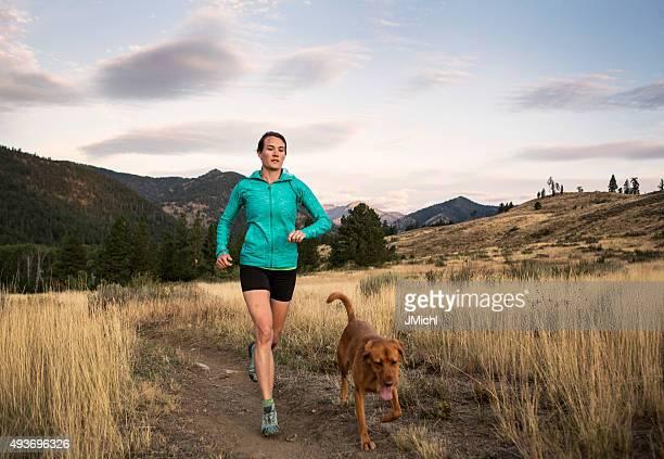Trail Runner et chien pour une séance d'entraînement
