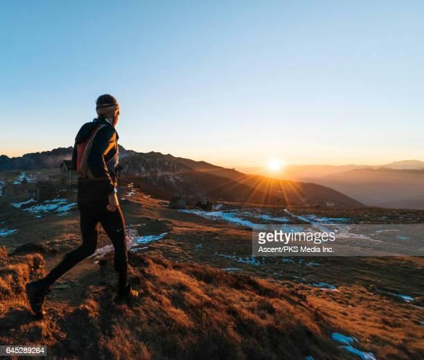 trail runner strides across mountain summit, sunrise - homens de idade mediana - fotografias e filmes do acervo