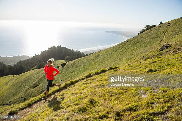 trail running above the ocean. - クロスカントリー競技 ストックフォトと画像