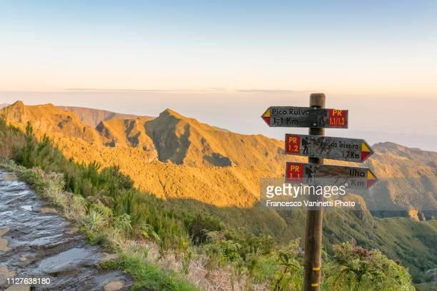 trail signpost, pico ruivo, madeira. - madeira fotografías e imágenes de stock