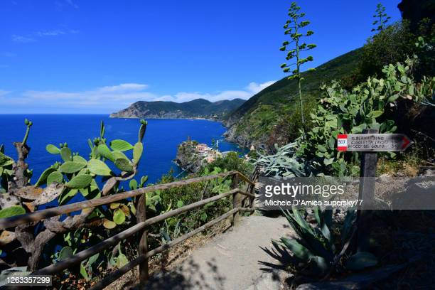 trail signs along the hiking path from vernazza to corniglia, cinque terre - liguria foto e immagini stock