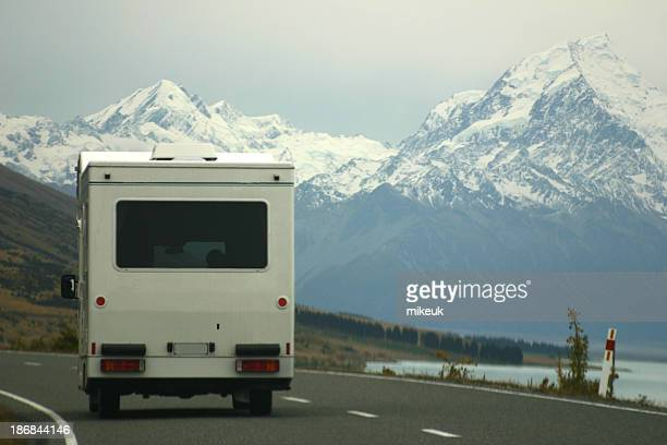 rv trailer on the open road, new zealand - new zealand stockfoto's en -beelden