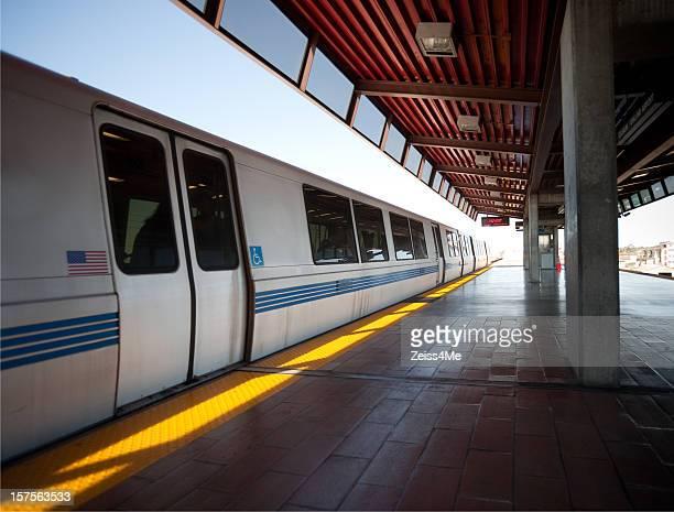 tren llega a la estación bart (bay area rapid transit - zona de la bahía de san francisco fotografías e imágenes de stock