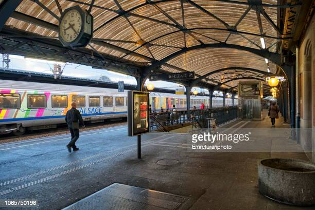train arriving at platform ar colmar train station, france. - emreturanphoto stock pictures, royalty-free photos & images
