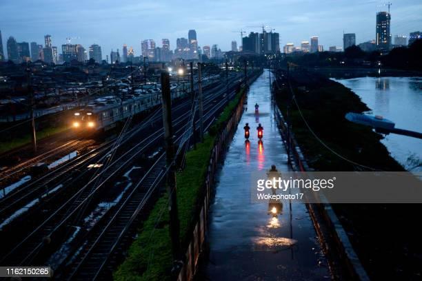 train at dusk in jakarta - java indonesia fotografías e imágenes de stock