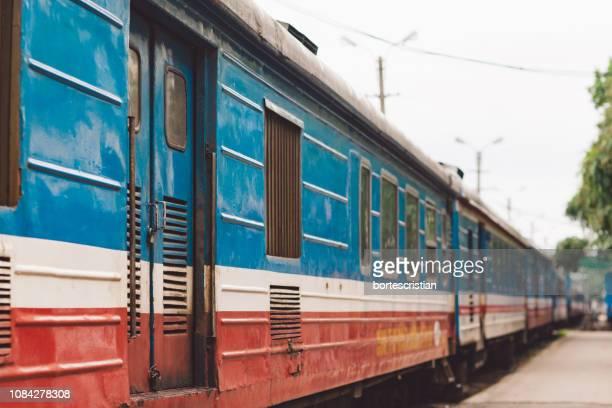 train at railroad station - bortes stockfoto's en -beelden