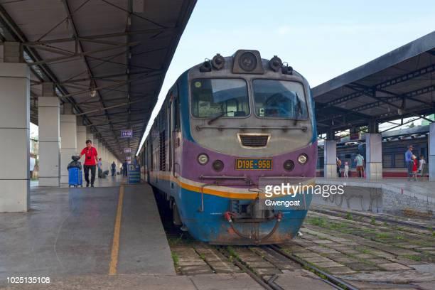 tren en la estación de ferrocarril de saigón - gwengoat fotografías e imágenes de stock