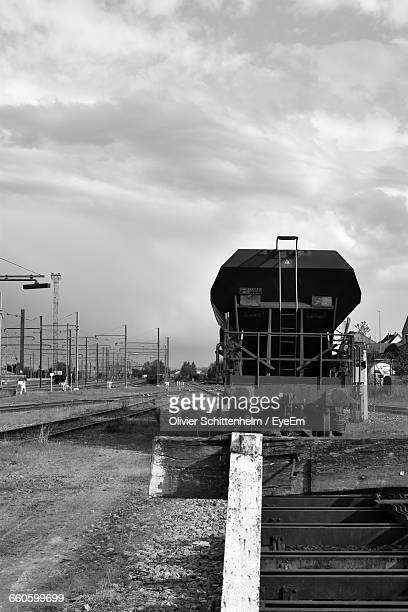 train at shunting yard against sky - olivier schittenhelm photos et images de collection