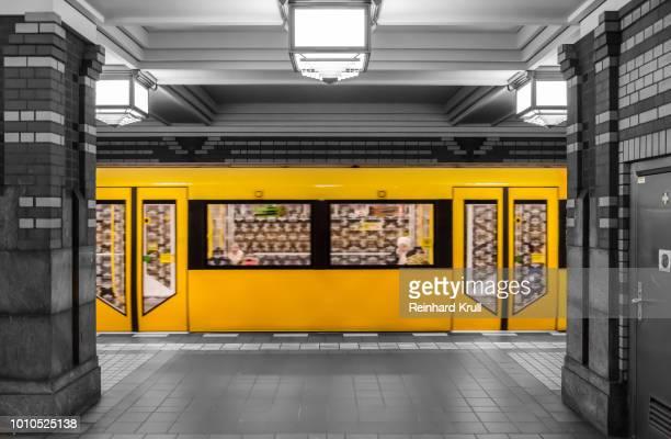 train at subway station - ubahn stock-fotos und bilder