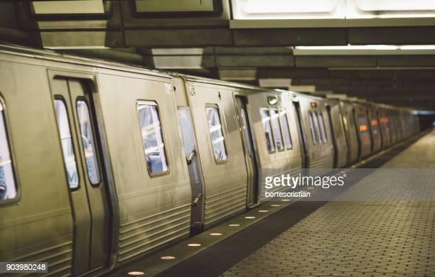 train at subway station - bortes stockfoto's en -beelden