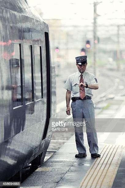 駅員ギブ、信号をチェック