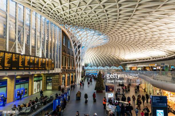 train departure board and the semi circular vaulted concourse at kings cross railway station, london - キングスクロス駅 ストックフォトと画像