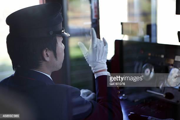 Conducteur de Train pointant du doigt