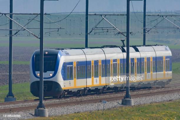 """trein die in een landelijk landschap in nederland drijft - """"sjoerd van der wal"""" or """"sjo""""nature stockfoto's en -beelden"""