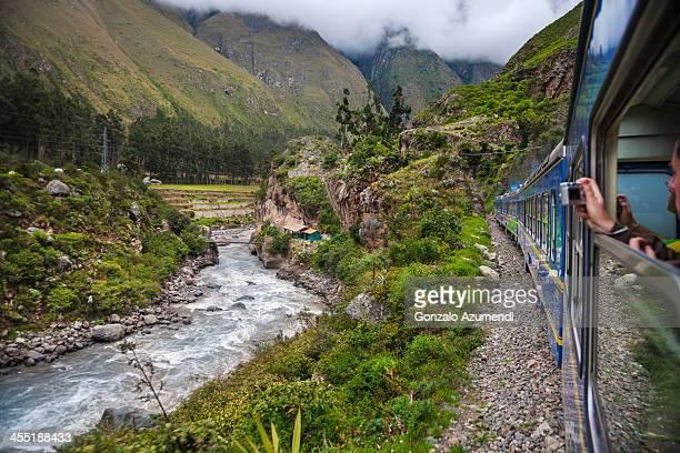 train from cuzco to machu pichu. - provinz cusco stock-fotos und bilder