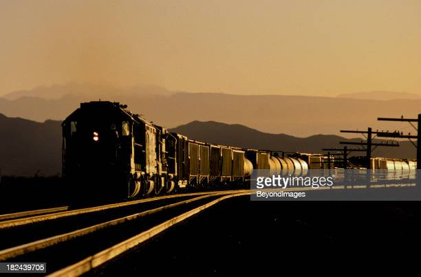 Zug funkelnde im Sonnenuntergang