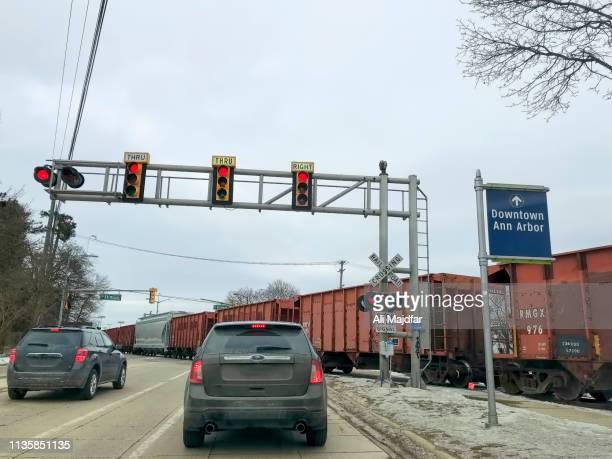 train in city - アナーバー ストックフォトと画像