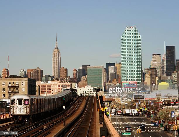 7 train, manhattan from queens - ニューヨーク市クイーンズ区 ストックフォトと画像