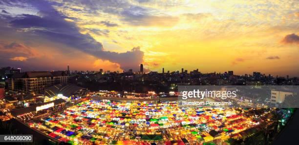 train market secondhand market in bangkok , thailand - ラチャダムリ通り ストックフォトと画像