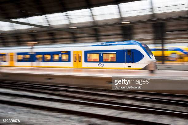 Trein rijdt met Station