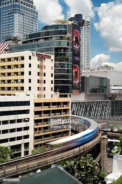 train moving on bangkok's elevated tracks - バンコク・スカイトレイン ストックフォトと画像