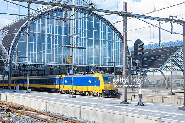 "train of dutch railways or ns at amsterdam central station - ""sjoerd van der wal"" stockfoto's en -beelden"