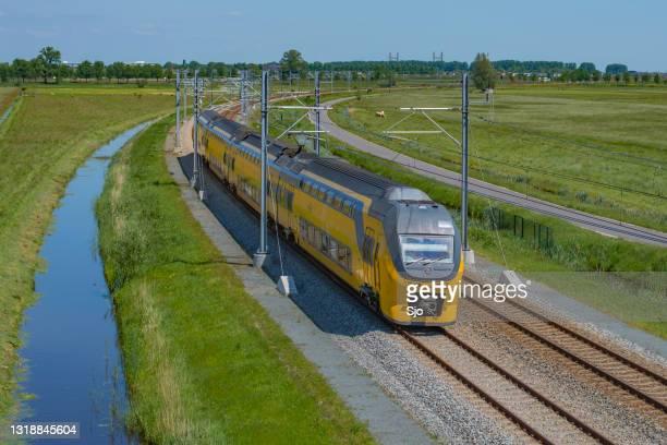 """trein van de nederlandse spoorwegen die over de hanzelijn in de lente drijft - """"sjoerd van der wal"""" or """"sjo""""nature stockfoto's en -beelden"""