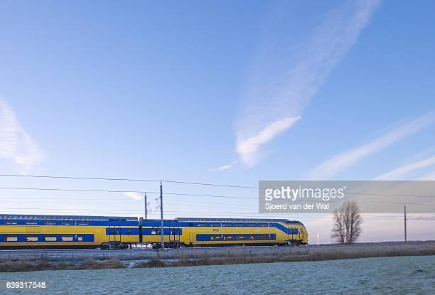 "train of the dutch railways driving through frozen winter landscape - ""sjoerd van der wal"" imagens e fotografias de stock"