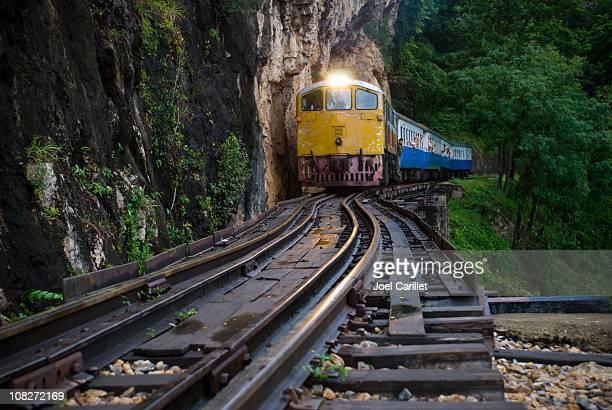 「wet (ウェット)」でのジャングル鉄道 - カンチャナブリ県 ストックフォトと画像