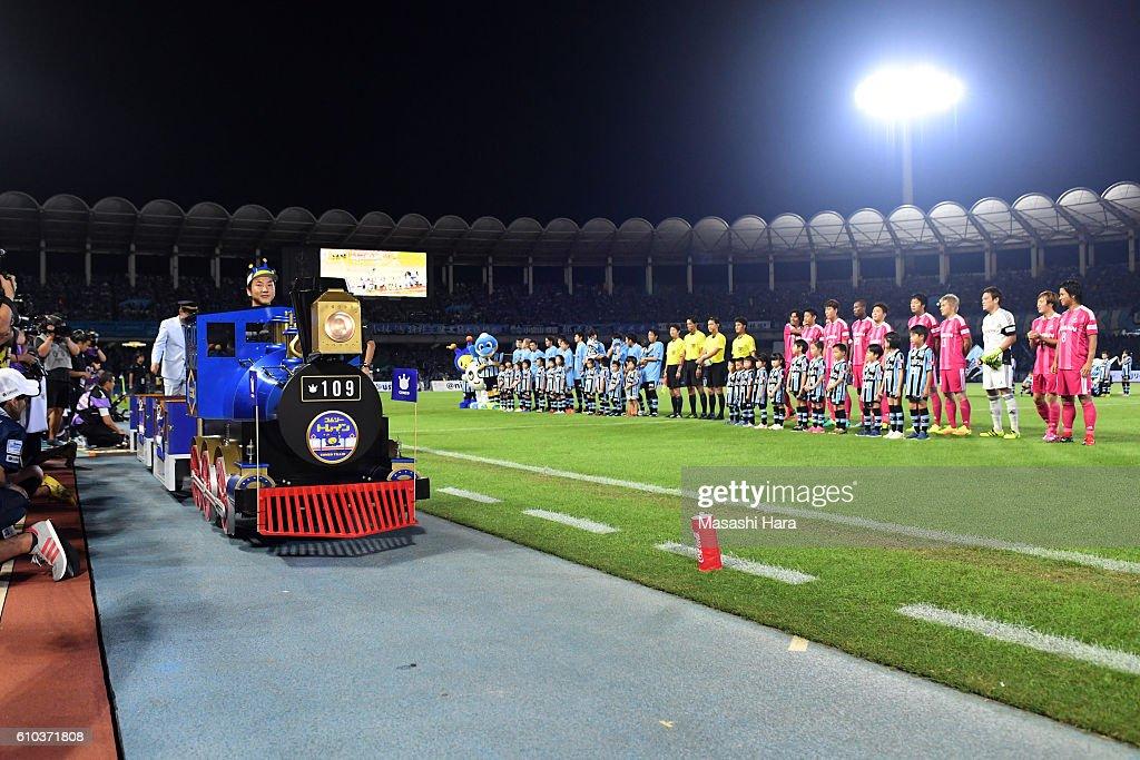 Train on the pitch prior to the J.League match between Kawasaki Frontale and Yokohama F.Marinos at the Todoroki Stadium on September 25, 2016 in Kawasaki, Japan.