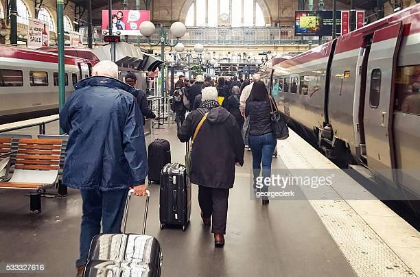 Train de passagers qui arrivent à la Gare du Nord, à Paris