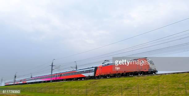 "tren que pasa a internet de alta velocidad - ""sjoerd van der wal"" or ""sjo"" fotografías e imágenes de stock"