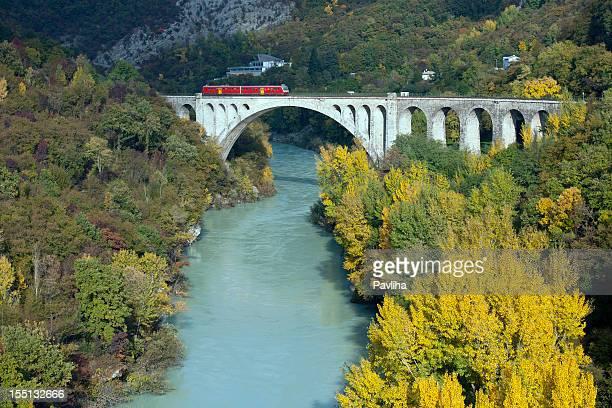 train en passant par le pont sur la rivière soca solkan - slovénie photos et images de collection