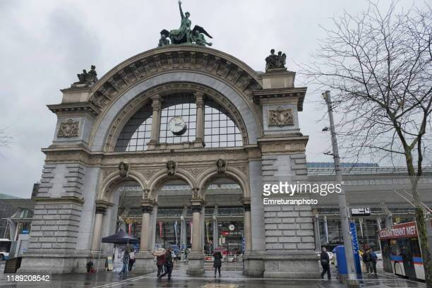 train station gate with some passengers on an cloudy day,lucerne. - emreturanphoto stockfoto's en -beelden