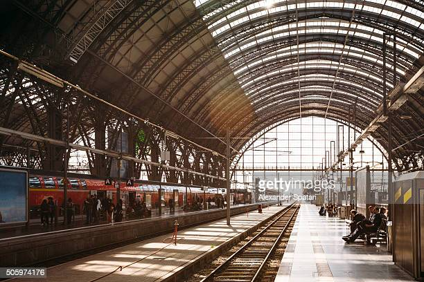 train station (hauptbahnhof) in frankfurt am main, germany - bahnhof stock-fotos und bilder