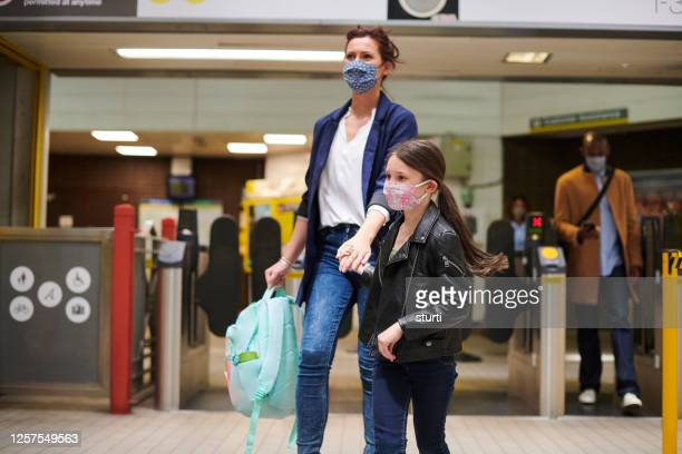 train station mother and daughter - station stock pictures, royalty-free photos & images